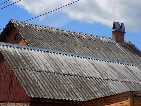 Дом с крышей из шифера